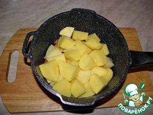Картофель помыть, очистить. средне нарезать, выложить на лук с морковью