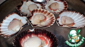 So, we will need the scallops in the shells. Spread them on a baking tray.