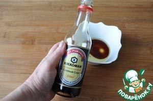 Для заправки смешиваем оливковое масло, сок лимона и соевый соус.    Я отдаю предпочтение ТМ Kikkoman.