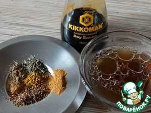 Prepare the marinade. Why mix the dry spices, sugar, vegetable oil, soy sauce and 2/3 Cup of mushroom broth. Put the container with the marinade for 30 seconds in the microwave to heat, and disclosure of flavors of spices. Then add vinegar and, if necessary, salt.