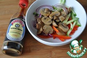 Заправляем салат заправкой, даём немного настояться (10 минут).