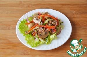 На тарелку кладём помытые и обсушенные листья салата, сверху кладём салат, посыпаем свежемолотой смесью перцев.
