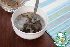 In cold coffee, add the gelatin and stir.