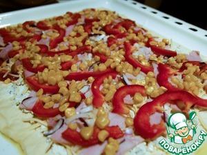 Затем тонко нарезанный лук, болгарский перец и консервированную кукурузу.