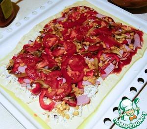 Добавляем покромсанные помидоры и подрумяненные шампиньоны. Посыпаем орегано.