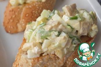 Рецепт: Куриный салат на чесночных гренках