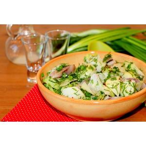 Картофельный салат с сельдью и зеленью