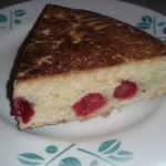 Песочный пирог с вишней на сковороде