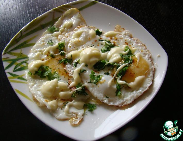 Рецепт: Глазунья с плавленым сыром и карри