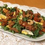 Салат с рукколой, креветками и беконом
