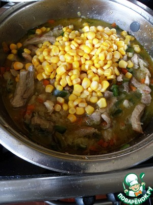 Lay out corn without a liquid, stew a few moments and add the almost cooked rice bags, pre-drain the water and lightly wrung out rice with a spoon. Simmer for 5 minutes.