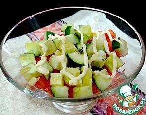 At the bottom of the salad bowl put half a serving of Chinese cabbage with chicken, then tomatoes and cucumbers, cut into small cubes. The top apply a mesh of mayonnaise (the remaining 15 g) and slightly prisolit (and pepper).