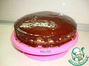 Полить торт глазурью.