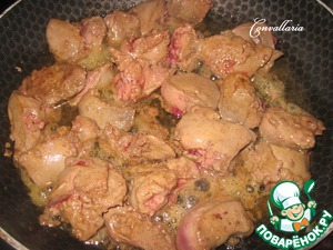 Chicken liver wash, remove the foil, cut into pieces. Liver evenly fry in a pan with hot oil, about 6-7 minutes.