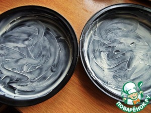 For baking you can take a single form, but we need faster, so I got 2 small metal shape with a diameter of 17 cm Grease with butter.