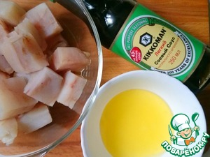 Fish cut into pieces with a thickness of 3 cm. Mix ingredients for the marinade, put the pieces of fish in half an hour.