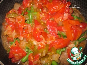 Add the flour (I have pillows made from pieces of tomatoes, bell peppers and onions), salt-pepper to taste, cover and cook on medium heat for 7-10 minutes.