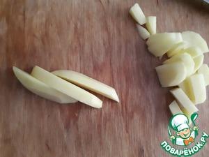 Картофель нарезаем кубиками. Я нарезала короткой соломкой. Если в кастрюле поднялась пена, убираем ее и отправляем туда нашу картошку.