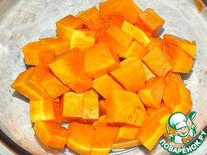 Start with a clean pumpkin and cut into small cubes. Fill with a little water and bake until soft. Can be boiled or put in seven minutes in the microwave. After this blend it in a blender or wipe through a fine sieve.