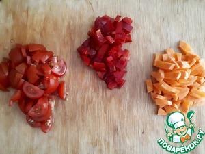 Далее готовим поджарку. Нарезаем мелко оставшийся лук и пасируем на сковороде. Как лук станет немного золотистым, добавляем нарезанный помидор, морковь и томат. Через минуту добавляем болгарский перец. Жарим минут 5.
