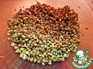 Pour a bag of ready-made buckwheat, can be directly in the form of heat in a container for whipping.
