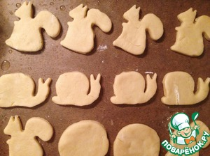 Roll out the dough on a floured surface, cut out figures. Spread on greased parchment paper and bake for about 10 minutes until lightly Golden, but do not desiccate. Ready! Enjoy your drink!