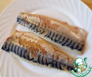 To defrost the mackerel, cut it into fillets, remove the skin.