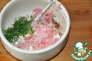 Prepare dip radish, in fact it is a thick sauce, but I really liked the title.  Mix plain yogurt, grated on a fine grater garlic, and radishes. Add chopped dill, salt, svezhemoloty a mixture of peppers. Stir.
