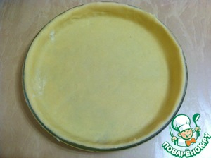 Форму смазываем сливочным маслом и укладываем в нее тесто.