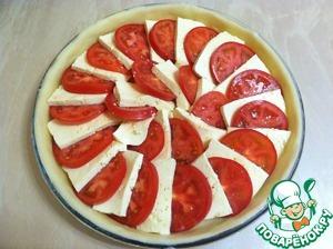 Выкладываем помидоры и брынзу внахлест, заполняя всю форму.