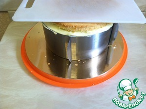 Then again, put a biscuit. Repeat the entire procedure. Upper Korzh cream not lubricated. Put it on a cutting Board and gently pressed. If refrigerator space allows, install on top of the Board with a small load, such as a saucepan with water.  Sent the cake in the fridge.