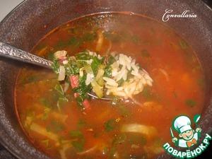 Готовый рис всыпать в суп, опять довести до кипения на сильном огне и снять с огня.