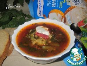 Готовый суп подавать со сметаной.