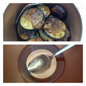 To the eggplant add suneli and adjika. Mix well. To make the vinaigrette marinade: in water, add salt, sugar, vinegar, mix well.