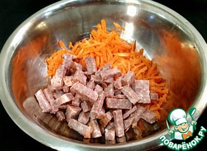 Морковь натереть на крупной терке. Колбасу порезать соломкой. Соединить и перемешать.