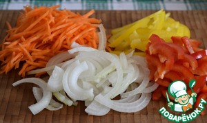 Carrots grate on a grater for Korean salads. Onion cut into half rings. Pepper (I used two peppers of different colors, for beauty) cut into strips.  Put vegetables in a deep bowl, mix well.