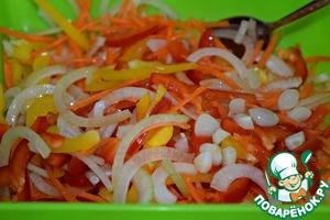 Pour hot oil with garlic vegetables, stir.