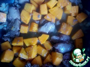 Reduce the flame, close the lid and stew for 5 minutes. Then add the roasted pumpkin. Pour the prepared sauce, bring to a boil and continue stewing for another 10 minutes.