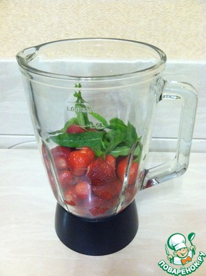 Strawberries (400g) with a few mint leaves grind in a blender, puree. The remaining 150 grams of strawberries cut into small cubes.