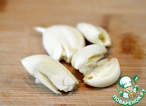 While cooking the rice, prepare the sauce. Garlic crush with a knife, to clean.