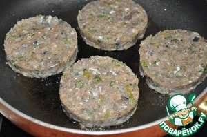 Burgers better to cook directly on the picnic on the grate of the grill. In order to change it to hold the shape, it is better to pre-freeze. Total frying time is about 15 minutes.  But suddenly it began to rain, had the house to fry in vegetable oil in a frying pan.