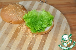 Directly to the picnic, otherwise the bun will get soggy collected quick burgers.  Take the buns with sesame seeds, I make a recipe http://www.povarenok .ru/recipes/show/126 179/.  Cut the bun in half. Put on the low half of the lettuce, you can put any salad you desire.
