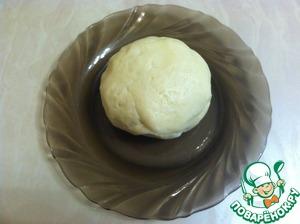 Добавить муку и замесить тесто. Тесто не должно липнуть к рукам. Если понадобится, добавьте еще немного муки.