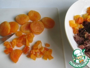 Dates boil until soft. Dried apricots pour boiling water for 10 minutes. The water is then drained, dried fruits dry and finely chop.