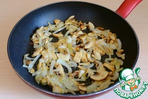 The pan back on the heat and fry the mushrooms together with the onion