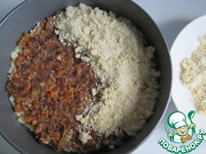 On the bottom of the form (diameter 20 cm) put the baking paper and press a ring on it. Grease the bottom and sides with oil. First, spread half of the crumbs. Then cover the filling and top with remaining crumbs.