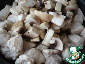 In a pan heat the oil and lightly fry  meat 10 minutes. Chop mushrooms and add to the chicken, fry for 5-7 minutes.