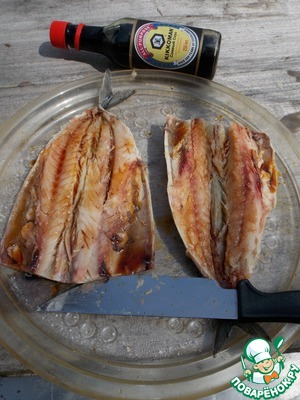 """The fish cut off the head, gutting and removing the ridge.  Soy sauce """"Kikkoman"""" mix with lemon juice and oil. Lubricate with a mixture of the pulp and skin of fish. Leave for 5 min."""