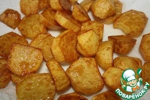 Обжарить картофель во фритюре и откинуть на салфетку.   Если кому то нельзя жареное, то я советую картофель запечь с малым количеством масла, а потом перемешать его с соусом.