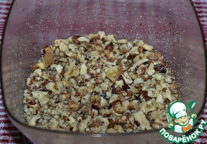 Walnuts to bake a couple of minutes on a dry pan. Grind is not very fine (the cake should feel the pieces of nuts)